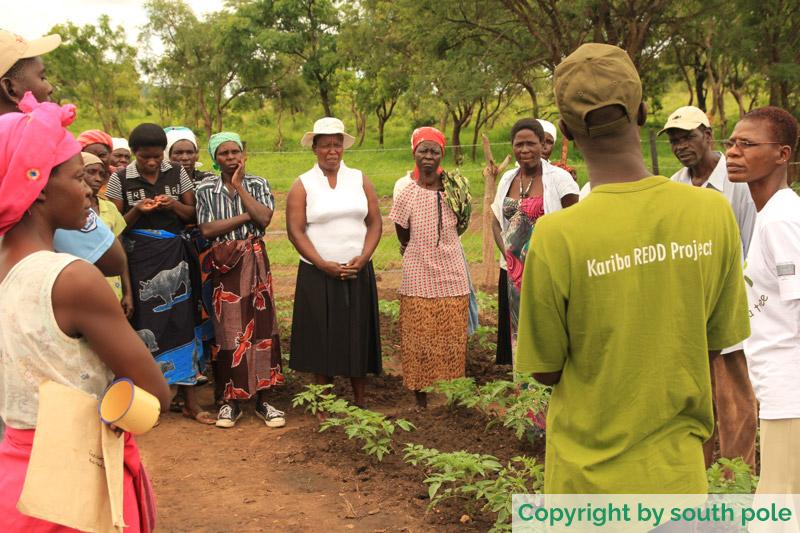 Projektkoordinator mit einheimischer Bevölkerung