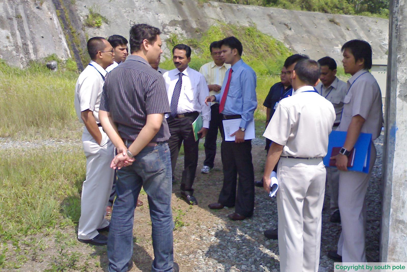 Ingenieure begutachten das Musi Laufwasserkraftwerk