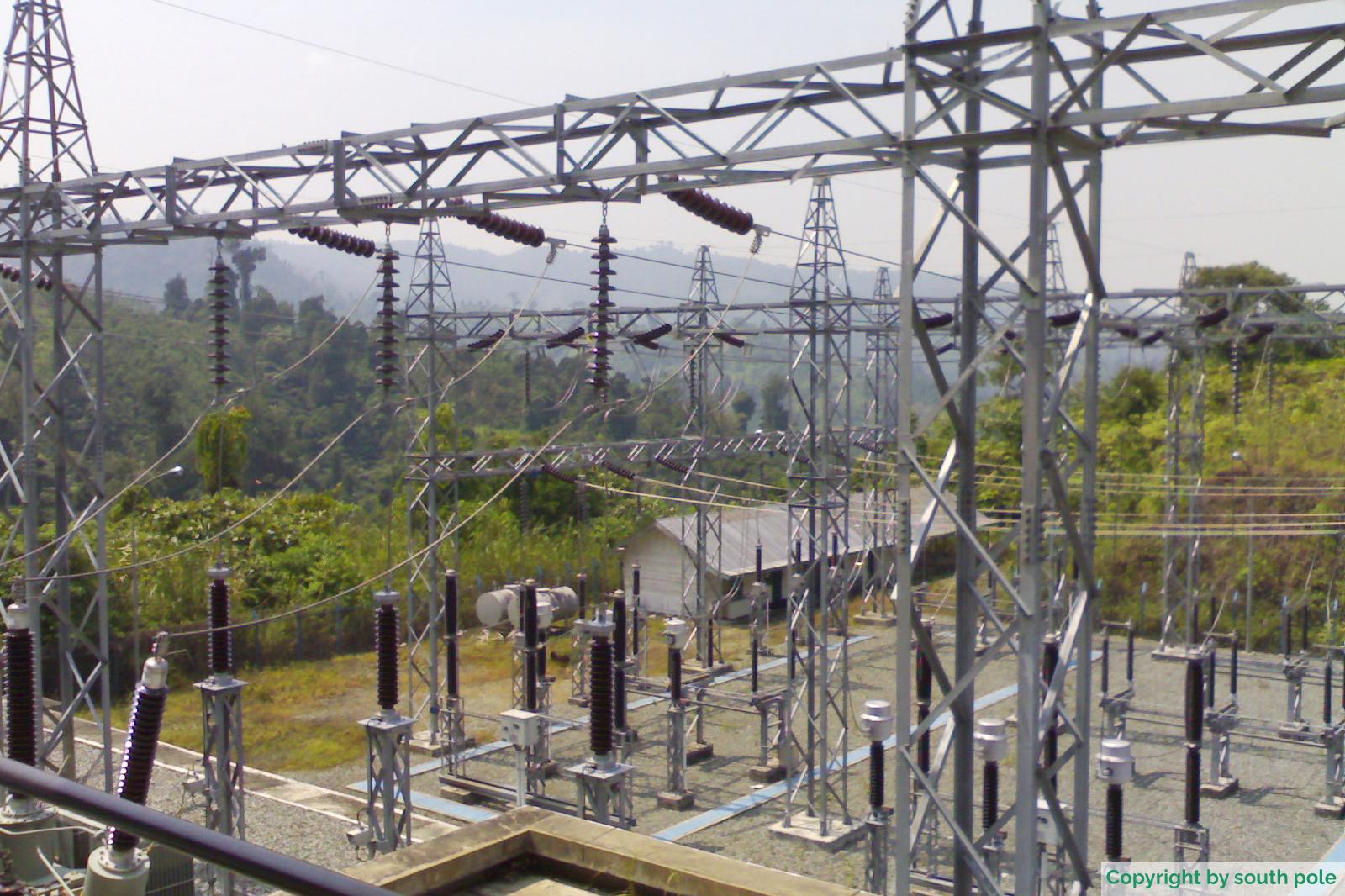 Das Umspannwerk des Laufwasserkraftwerks am Fluss Musi in Sumatra